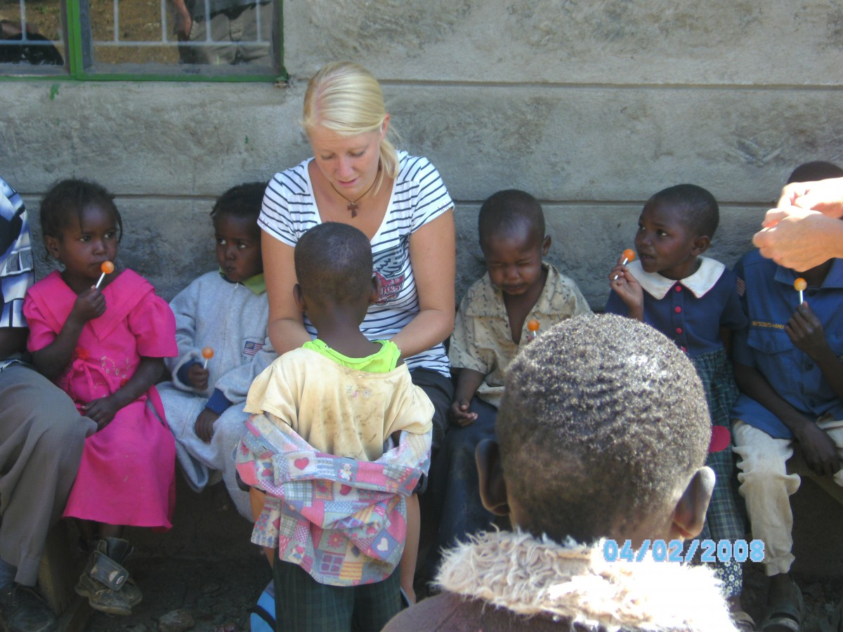Theresa mit den Kindern vom Waisenhaus in Subukia