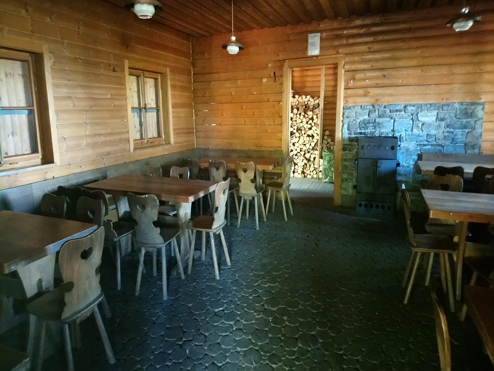 Innenraum der Blockhütte