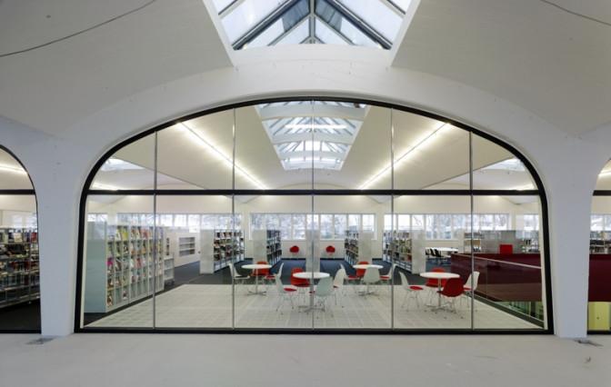 Blick im Obergeschoß zur Bücherei
