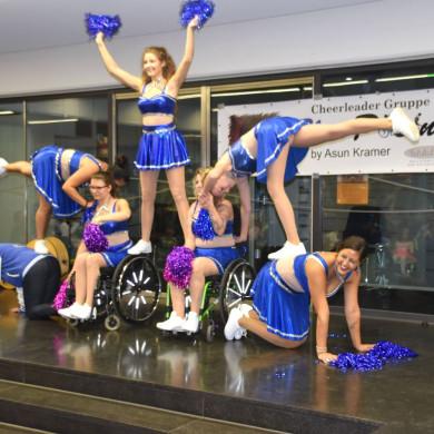 Formation Cheerleader bei Eine-Welt-Fest