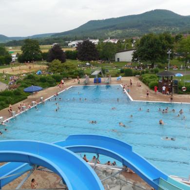 Blick auf das Mössinger Freibad mit Riesenrutsche