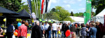 Zahlreiche Menschen flanieren im Außenbereich der Steinlachmesse 2015