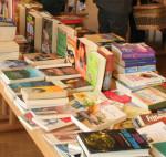 Verschiedene Bücher beim Bücherflohmarkt der Stadtbücherei