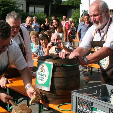 Fassanstich beim Dorffest in Öschingen