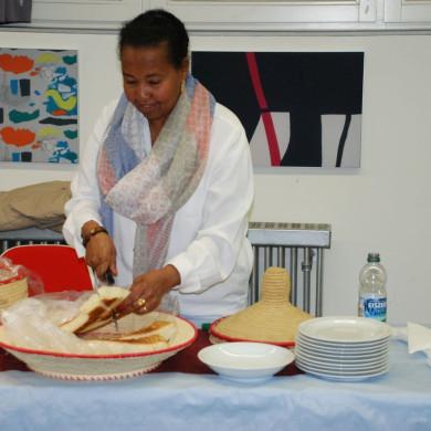Eriträische Frau schneidet Brot