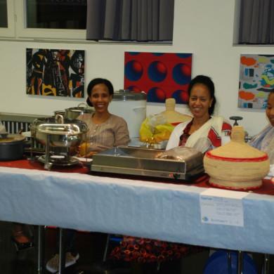 Eriträische Frauen vor ihrem selbst gekochten Essen