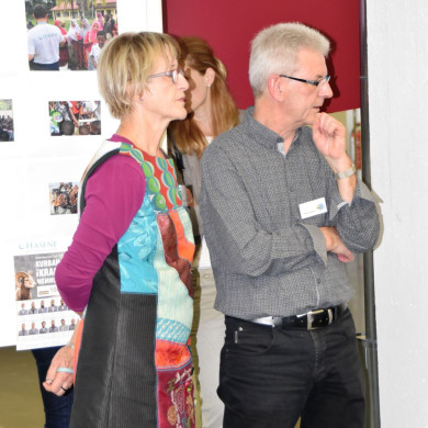 Frau Steinhilber und Herr Hetzer vor ihrem Informationsstand