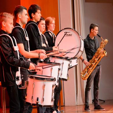 Die sechs-köpfige Band Schläger ZWEI.Null in Aktion auf der Bühne