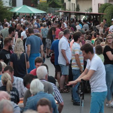 Ausschnitt des Dorffests in Belsen mit vielen Besuchern