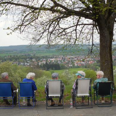 """Fünf Senioren schauen vom """"Alten Morgen"""" im Klappstuhl auf Belsen"""