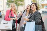 Drei junge Frauen kaufen in Mössingen ein mit der Mössinger Dasch