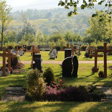 Friedhof Belsen mit Blick auf die Alb