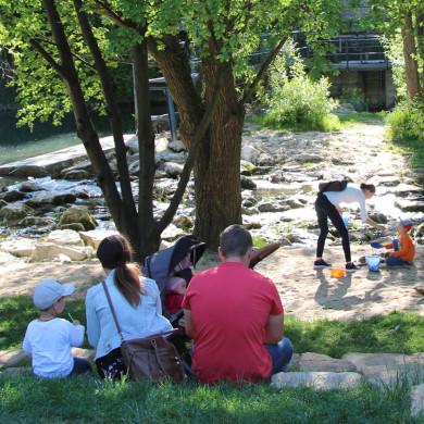Familien genießen die Erholung am Steinlachstrand