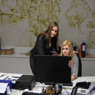 Zwei Auszubildende bei der Arbeit am PC