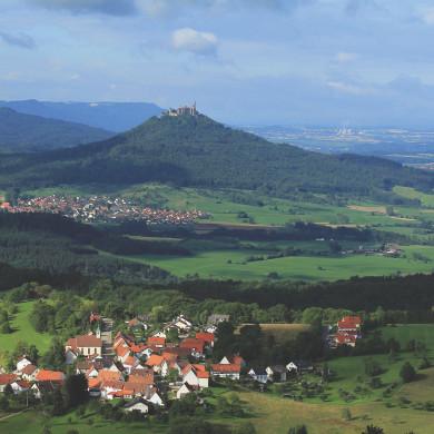 Blick vom Dreifürstenstein zur Burg Hohenzollern