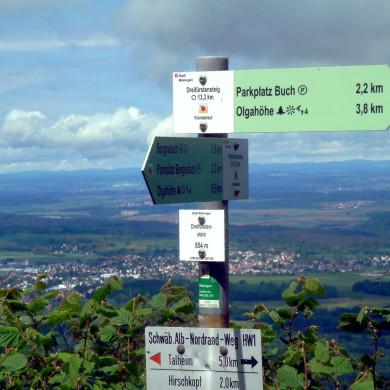 Wegweise am Dreifürstenstein mit Blick ins Tal