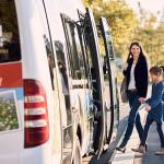 Eine Mutter mit Kind steigt in den Mössinger Kleinbus