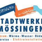 """Logo der Stadtwerke Mössingen: """"Stadtwerke Mössingen in großer blauer Schrift in der Mitte, darunter Strom,Wärme, Wasser, Bäder, Service, Elektroinstallation in blauer und orangener Schrift etwas kleiner und über der Schrift die drei farbigen Wellen"""