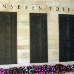 Ein Blick auf die drei Tafeln mit den Namen der Gefallenen auf dem Mössinger Friedhof