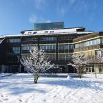 Blick vom schneebedeckten Rathausplatz auf das Mössinger Rathaus