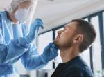 Bei einem jungen Mann wird ein Nasenschnelltest gemacht. Foto: Gorodenkoff. AdobeStock.com