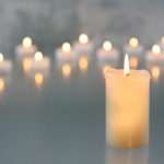 Mehrere leuchtende Kerzen ©Bernd S. - stock.adobe.com