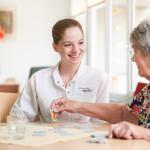 Eine junge Damen im Gespräch mit einer Seniorin