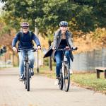 Zwei Schüler mit dem Fahrrad auf dem Weg zur Schule
