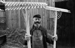 Rechenmacher Wilhelm Wagner mit eigens gefertigten Moessinger Rechen