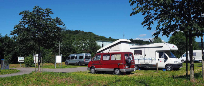 Wohnmobilstellplatz Mössingen mit drei Wohnmobilen