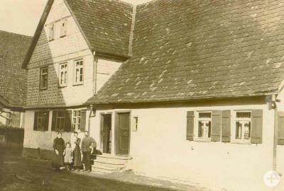 Das Gebäude der Messerschmiede stammt aus dem Jahr 1569 und bildete ursprünglich mit dem Nachbargebäude eine Einheit