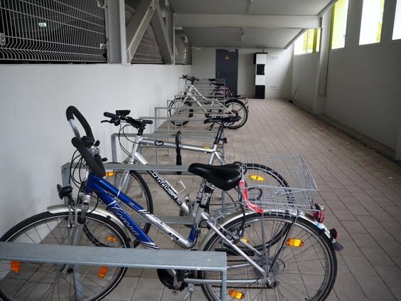 Fahrrad-Abstellraum mit Ladeschrank im Parkhaus Stadtmitte