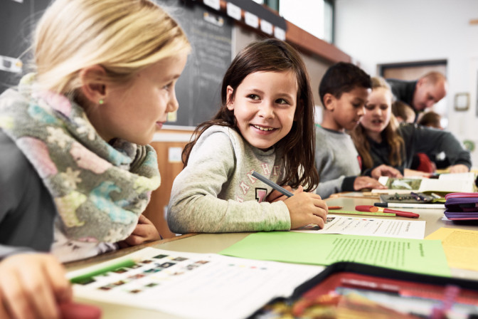 Schülerinnen und Schüler in der Grundschule beim lernen