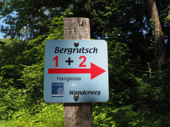Bergrutschwanderwegschild mit Route 1 und Route 2 im Hintergrund der grüne Wald