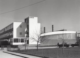Verwaltungsgebäude und Bogenhalle kurz nach der Erbauung